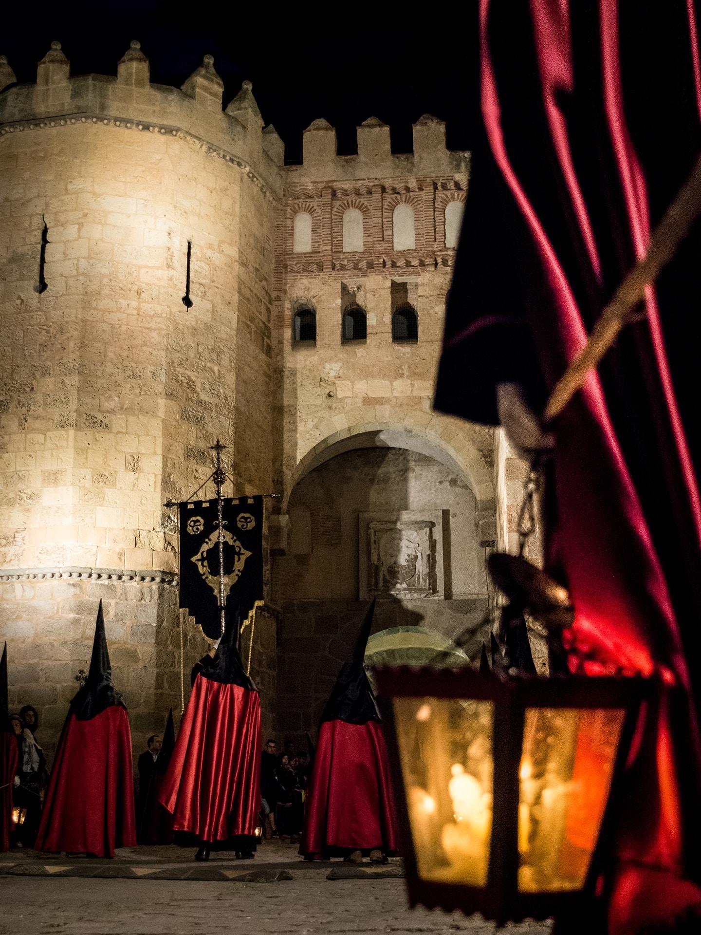 nazarenos de ADEMAR, arco del socorro, jueves santo, Segovia (Manu Rodrigo)